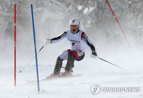 In this file photo taken Feb. 25, 2017, South Korean alpine skier Jung Dong-hyun competes in the men's slalom event at the Asian Winter Games in Sapporo, Japan. (Yonhap)