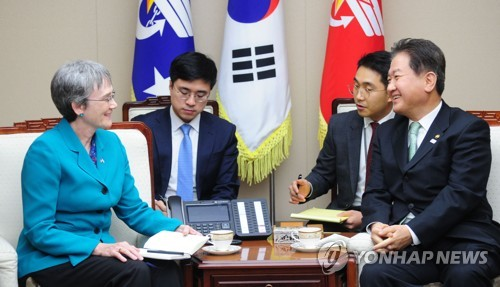 Vice Defense Minister Suh Choo-suk (R) talks with U.S. Secretary of the Air Force Heather Wilson in Seoul on Jan. 30, 2018, in this photo provided by the defense ministry. (Yonhap)