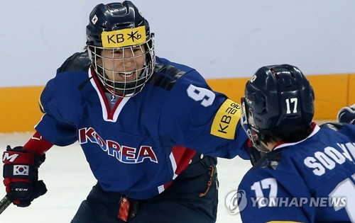 In this file photo, taken April 3, 2017, Park Jong-ah of South Korea (L) celebrates her goal against Britain with teammate Han Soo-jin during the International Ice Hockey Federation (IIHF) Women's World Championship Division II Group A tournament at Gangneung Hockey Centre in Gangneung, Gangwon Province. (Yonhap)