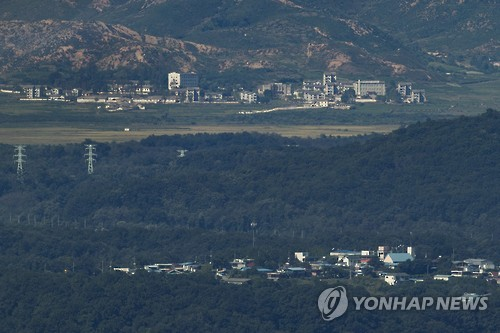 This photo taken on Sept. 20, 2016, shows a North Korean village at top and the South Korean village of Tongilchon at bottom. (Yonhap)