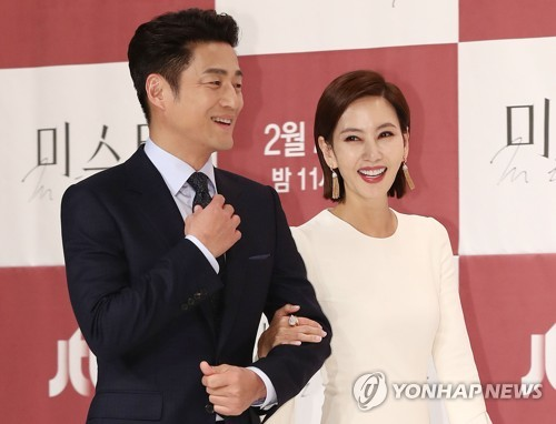 "Actors Ji Jin-he (L) and Kim Nam-joo enter the press conference for ""Misty,"" set to premiere on JTBC on Feb. 2, 2018. (Yonhap)"