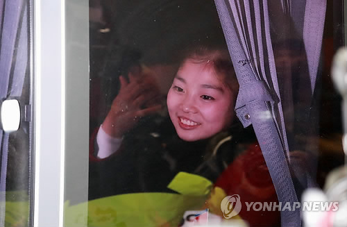 North Korean figure skater Ryom Tae-ok smiles on a bus to Gangneung Olympic Village after landing at Yangyang International Airport in Yangyang, Gangwon Province, on Feb. 1, 2018. Ryom is one of 22 North Korean athletes set to participate in the PyeongChang Winter Olympics. (Yonhap)