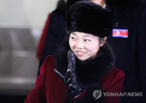 North Korean figure skater Ryom Tae-ok waves as she enters Gangneung Olympic Village in Gangneung, Gangwon Province, on Feb. 1, 2018, to get ready for the PyeongChang Winter Olympics. Ryom is one of 22 North Korean athletes set to participate in the competition. (Yonhap)