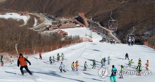 This photo taken on Feb. 1, 2018, shows South Korean and North Korean skiers holding joint ski training at the Masikryong Ski Resort in the North. (pool photo) (Yonhap)