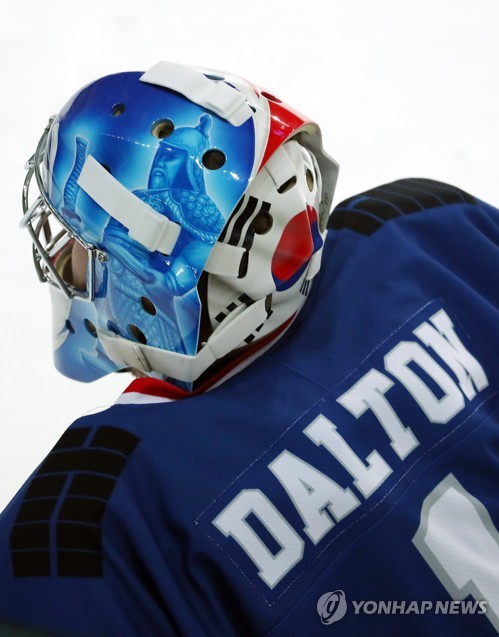 South Korea hockey goalie Matt Dalton wears a mask bearing the image of Admiral Yi Sun-shin against Kazakhstan in an Olympic tune-up game at Seonhak International Ice Rink in Incheon on Feb. 3, 2018. (Yonhap)