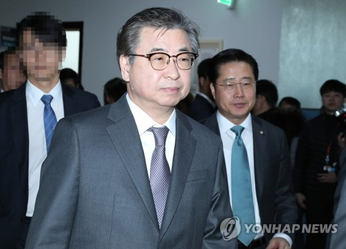 Suh Hoon, the director of the National Intelligence Service, walks to a conference room at the National Assembly in Seoul to attend a parliamentary session on Feb. 5, 2018. (Yonhap)