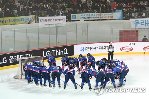 In this Joint Press Corps photo, joint Korean women's hockey team players huddle around the net before their exhibition game against Sweden at Seonhak International Ice Rink in Incheon on Feb. 4, 2018. (Yonhap)