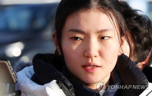 South Korean short track speed skater Shim Suk-hee arrives at the Gangneung Olympic Village in Gangneung, the sub-host city of the PyeongChang Winter Olympics, on Feb. 5, 2018. (Yonhap)