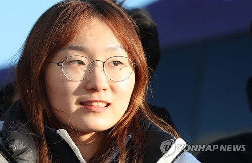 South Korean short track speed skater Choi Min-jeong arrives at the Gangneung Olympic Village in Gangneung, the sub-host city of the PyeongChang Winter Olympics, on Feb. 5, 2018. (Yonhap)