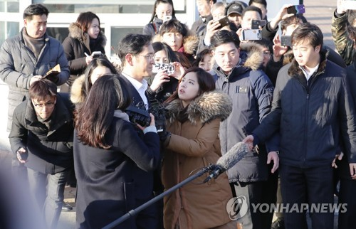 Samsung Electronics Vice Chairman Lee Jae-yong surrounded by reporters after being released from the Seoul Detention Center on Feb. 5, 2018. (Yonhap)