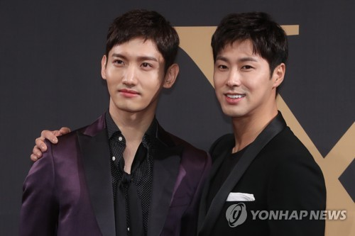 Boy band TVXQ poses for the camera during a comeback press conference at Hotel Silla in Seoul on Aug. 21, 2017. (Yonhap)
