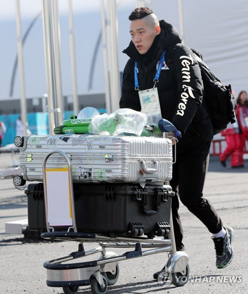South Korean speed skater Mo Tae-bum arrives at the Gangneung Olympic Village on Feb. 6, 2018. (Yonhap)