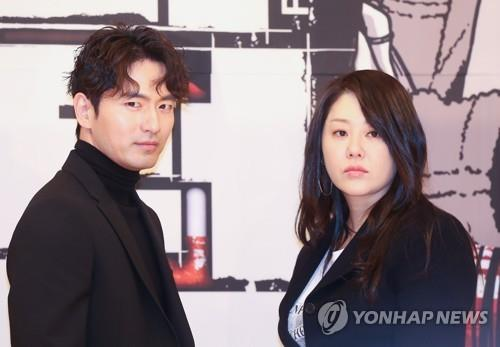 Lee Jin-wook (L) and Go Hyun-jung pose for photos during a press conference at SBS headquarters in western Seoul on Jan. 15, 2018. (Yonhap)
