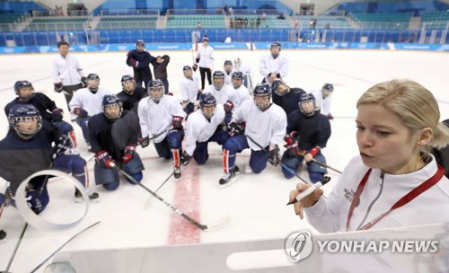Sarah Murray, head coach of the joint Korean women's hockey team, draws up a play on the board during practice at Kwandong Hockey Centre in Gangneung, Gangwon Province, on Feb. 7, 2018. (Yonhap)