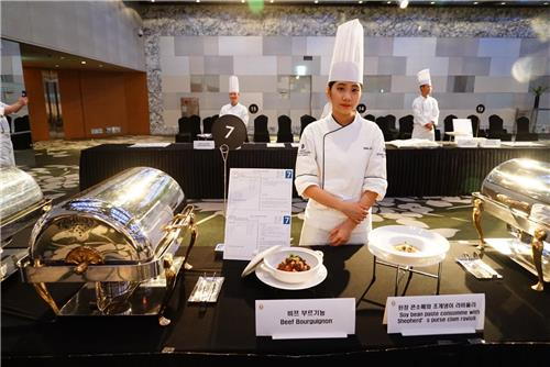 In this photo provided by Grand Intercontinental Seoul Parnas, chef Ahn Soo-hyun poses for a photo during the Young Chef Challenge cooking competition held by the hotel in Seoul on Feb. 1, 2018. (Yonhap)