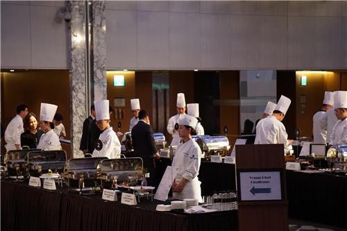 This photo provided by Grand Intercontinental Seoul Parnas shows participants at the Young Chef Challenge cooking competition held by the hotel in Seoul on Feb. 1, 2018. (Yonhap)