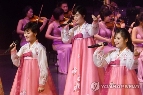 A North Korean art troupe performs at the Saimdang Hall of the Gangneung Arts Center in Gangeung, Gangwon Province, on Feb. 8, 2018, in this photo released by the Joint Press Corps. (Yonhap)