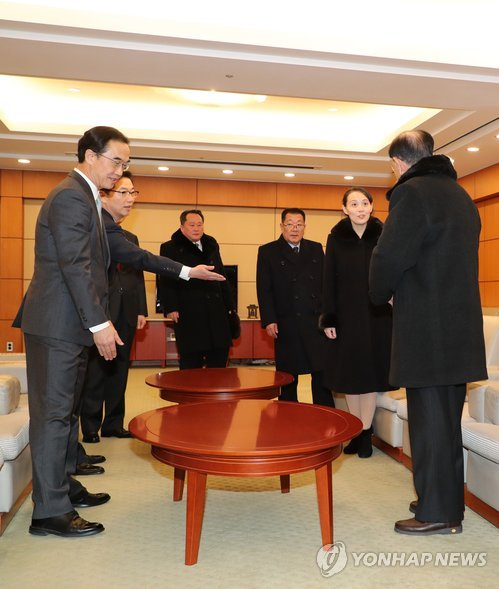 Kim Yong-nam (R), the chief of a high-profile North Korean delegation to the PyeongChang Winter Olympic Games, gestures to Kim Yo-jong (2nd from R), a sister of North Korean leader Kim Jong-un, to take the top seat in a meeting with South Korean officials at Seoul's Incheon International Airport held shortly after their arrival in South Korea on Feb. 9, 2018. (Yonhap)