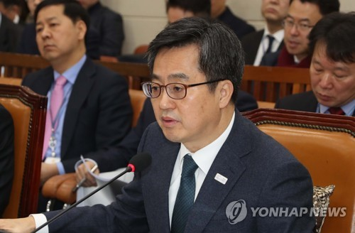 Finance Minister Kim Dong-yeon speaks during a parliamentary inquiry in Seoul on Feb. 9, 2018. (Yonhap)