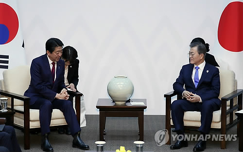 South Korean President Moon Jae-in (R) and Japanese Prime Minister Shinzo Abe hold a bilateral summit in South Korea's eastern city of Yongpyeong, located 200 kilometers from Seoul, on Feb. 9, 2018. (Yonhap)