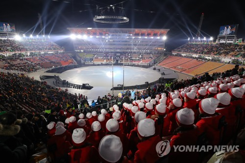 Spectators await for the official opening ceremony of the PyeongChang Winter Olympics in PyeongChang, located 180 kilometers east of Seoul, on Feb. 9, 2018. (Yonhap)