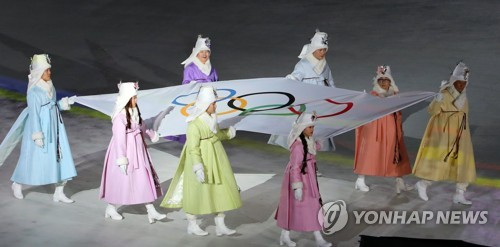 The Olympic flag is carried by former and active South Korean winter sports athletes during the opening ceremony for the 23rd Winter Olympics in PyeongChang, South Korea, on Feb. 9, 2018. (Yonhap)