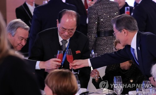 U.N. Secretary-General Antonio Guterres (L) clinks glasses with North Korea's ceremonial head of state, Kim Yong-nam (C), and South Korean President Moon Jae-in during a reception at the opening of the Winter Olympics in PyeongChang, South Korea, on Feb. 9, 2018. (Yonhap)