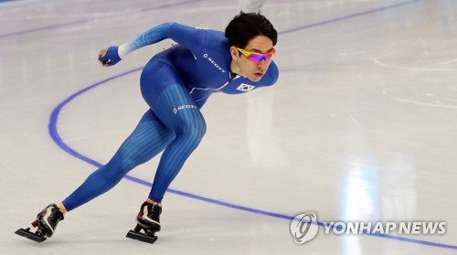 South Korean figure skater Lee Seung-hoon trains at Gangneung Oval in Gangneung, Gangwon Province, in preparation for the PyeongChang Winter Olympics on Feb. 8, 2018. (Yonhap)