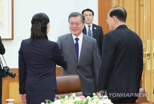 South Korean President Moon Jae-in (C) shakes hands with Kim Yo-jong, younger sister of North Korean leader Kim Jong-un, before the start of a rare meeting with high-level North Korean officials, including Kim Yong-nam (R), the North's ceremonial head of state, at his office Cheong Wa Dae in Seoul on Feb. 10, 2018. (Yonhap)