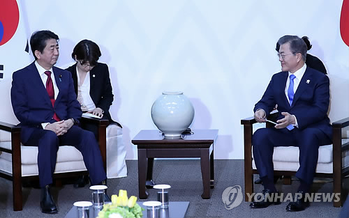 South Korean President Moon Jae-in (R) holds talks with Japanese Prime Minister Shinzo Abe in the South Korean alpine town of PyeongChang on Feb. 9, 2018. The talks came ahead of the opening ceremony of the PyeongChang Winter Olympics later in the day. (Yonhap)