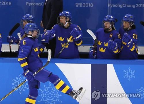 Sweden holds off Japan 2-1 in women's ice hockey