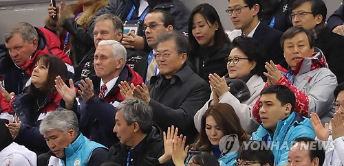 South Korean President Moon Jae-in (C) and U.S. Vice President Mike Pence watch short track speed skating events at the Gangneung Ice Arena on Feb. 10, 2018. (Yonhap)