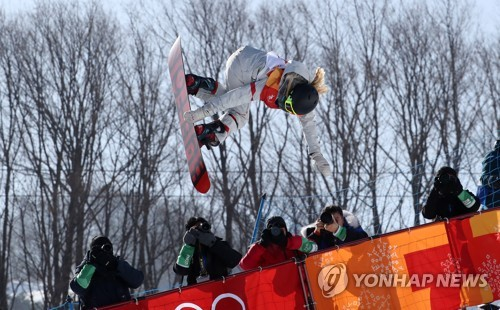 U.S. snowboarder Chloe Kim competes in the women's halfpipe final round of the PyeongChang Winter Olympic Games at Phoenix Snow Park in PyeongChang, Gangwon Province, on Feb. 13, 2018. (Yonhap)