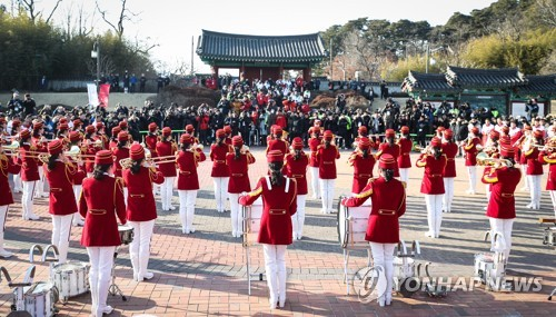 Members of North Korea's cheering squad stage a surprise performance at Ojukheon where Joseon Dynasty scholar Yi I and his mother Shin Saimdang were born, in Gangneung, Gangwon Province, on Feb. 13, 2018. (Yonhap)
