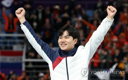 South Korean speed skater Kim Min-seok celebrates winning the bronze medal in the men's 1,500 meters at Gangneung Oval, located in Gangneung, some 240 kilometers east of Seoul, during the PyeongChang Winter Olympics on Feb. 13, 2018. (Yonhap)