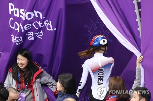 South Korean short track speed skater Choi Min-jeong leaves the ice at Gangneung Ice Arena in Gangneung after getting penalized in the women's 500-meter final during the PyeongChang Winter Olympics on Feb. 13, 2018. (Yonhap)