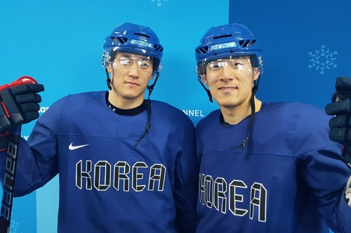 South Korean men's hockey forwards and brothers Kim Sang-wook (L) and Kim Ki-sung pose for photos after practice at Gangneung Hockey Centre in Gangneung, Gangwon Province, in preparation for the PyeongChang Winter Olympics on Feb. 12, 2018. (Yonhap)