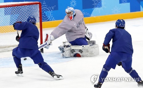 South Korean men's hockey players practice at Gangneung Hockey Centre in Gangneung, Gangwon Province, on Feb. 14, 2018, on the eve of their first Group A game against the Czech Republic in the men's tournament of the PyeongChang Winter Olympics. (Yonhap)