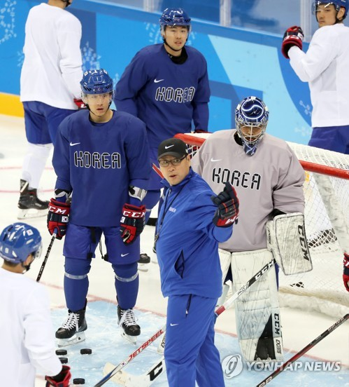 South Korean men's hockey head coach Jim Paek (C in blue sweats) instructs his players during practice at Gangneung Hockey Centre in Gangneung, Gangwon Province, on Feb. 14, 2018, on the eve of their first Group A game against the Czech Republic in the men's tournament of the PyeongChang Winter Olympics. (Yonhap)