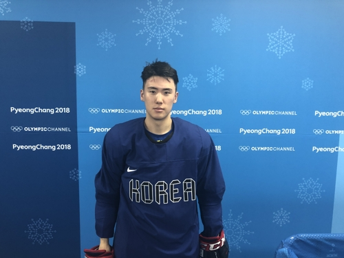 South Korean men's hockey defenseman Kim Won-jun poses for a photo after practice at Gangneung Hockey Centre in Gangneung, Gangwon Province, on Feb. 14, 2018. (Yonhap)