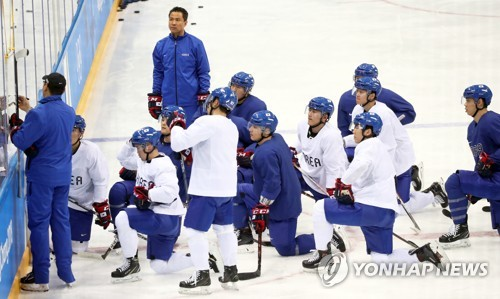 South Korean men's hockey players listen to instructions from their coaches during practice at Gangneung Hockey Centre in Gangneung, Gangwon Province, on Feb. 14, 2018, the day before their first Group A game against the Czech Republic in the men's tournament of the PyeongChang Winter Olympics. (Yonhap)