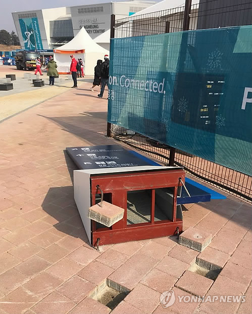 A street sign has been overturned by strong winds at Gangneung Olympic Park, located in Gangneung, around 240 kilometers east of Seoul, on Feb. 14, 2018. (Yonhap)