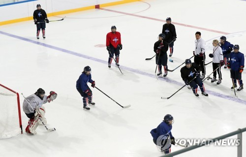 The joint Korean women's hockey team practices at Kwandong Hockey Training Centre in Gangneung, Gangwon Province, on Feb. 13, 2018. (Yonhap)