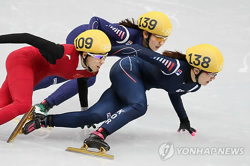 This file photo shows South Korea's Park Seung-hi (R) skates at women's 1,000m short track at the 2014 Sochi Winter Olympics. (Yonhap)