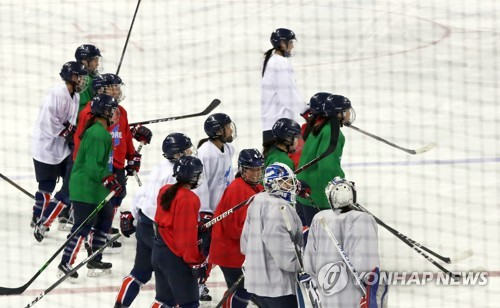 Members of the joint Korean women's hockey team get ready for their practice at Kwandong Hockey Training Centre in Gangneung, Gangwon Province, on Feb. 19, 2018. (Yonhap)