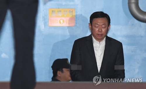 Lotte Holdings strips rights of jailed vice chairman