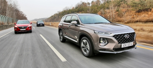 This photo taken on Feb. 21, 2018 and offered by Hyundai Motor Co. shows the all-new Santa Fe SUVs running on a motorway near Seoul in a media test drive event. (Yonhap)