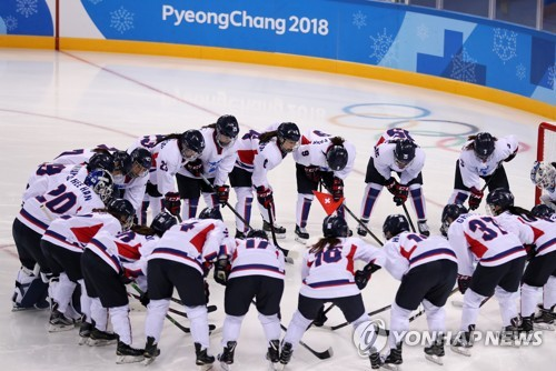 Players on the joint Korean women's ice hockey team huddle around the net before the start of its first game during the PyeongChang Winter Olympics against Switzerland at Kwandong Hockey Centre in Gangneung, Gangwon Province, on Feb. 10, 2018. (Yonhap)