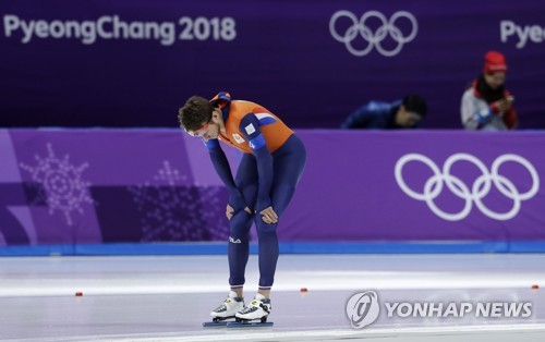 Jan Blokhuijsen of the Netherlands appears dejected after the men's team pursuit semifinal speed skating race at the Gangneung Oval at the 2018 Winter Olympics in Gangneung, South Korea, on Feb. 21, 2018, in this Associated Press photo. (Yonhap)