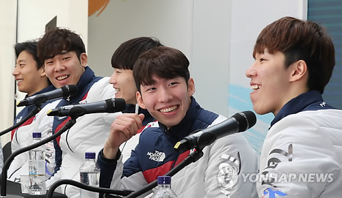 South Korean male short track speed skaters hold a press conference at Team Korea House inside Gangneung Olympic Park in Gangneung, Gangwon Province, on Feb. 23, 2018. From left: Kwak Yoon-gy, Kim Do-kyoum, Seo Yi-ra, Lim Hyo-jun and Hwang Dae-heon. (Yonhap)